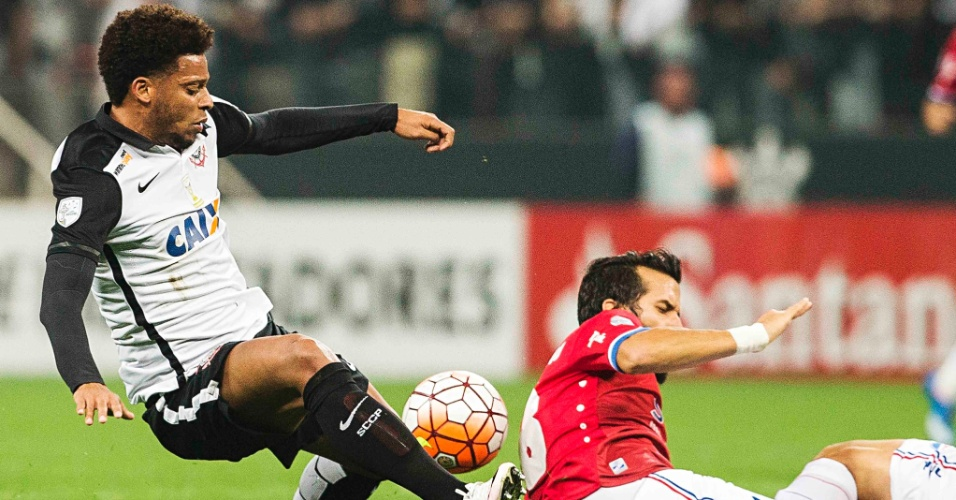 André disputa bola pelo Corinthians na partida contra o Nacional-URU, pela Libertadores
