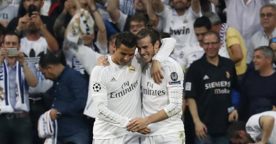 Cristiano Ronaldo e Gareth Bale se abraçam após gol que abriu o placar para o Real contra o City na semifinal da Liga dos Campeões