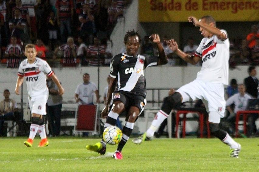 Andrezinho bate a gol na partida entre Santa Cruz e Vasco