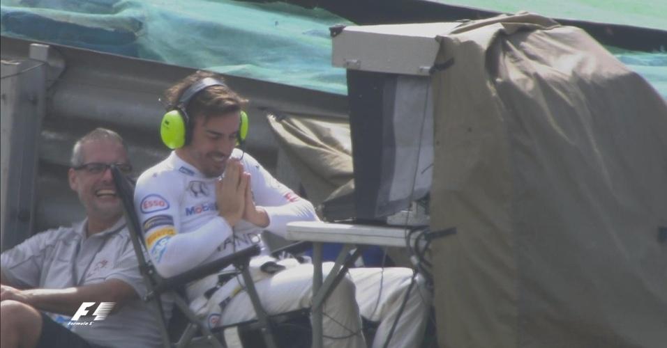 Fernando Alonso faz graça e ataca de câmera de TV durante treino livre para o GP do Brasil