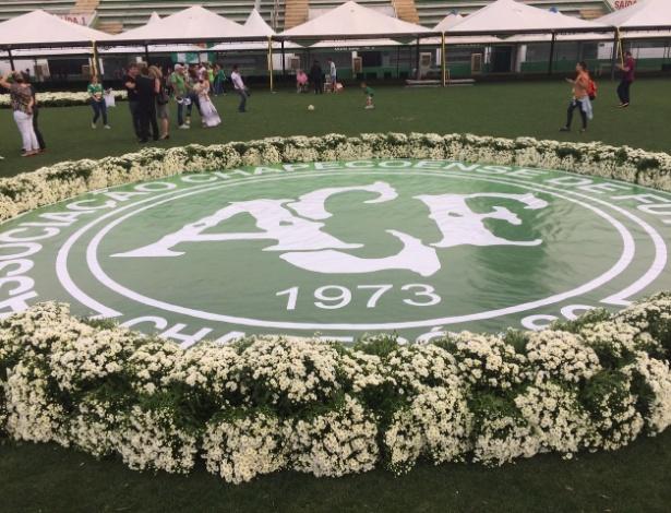 Gramado da Arena Condá é preparado para o velório das vítimas do desastre aéreo