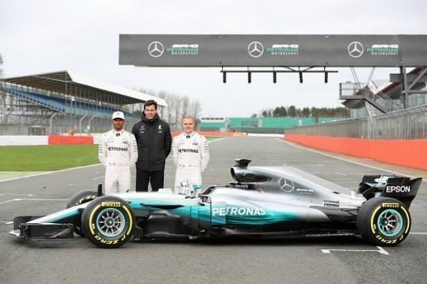 Lewis Hamilton, Toto Wolff e Valtteri Bottas no lançamento da nova Mercedes