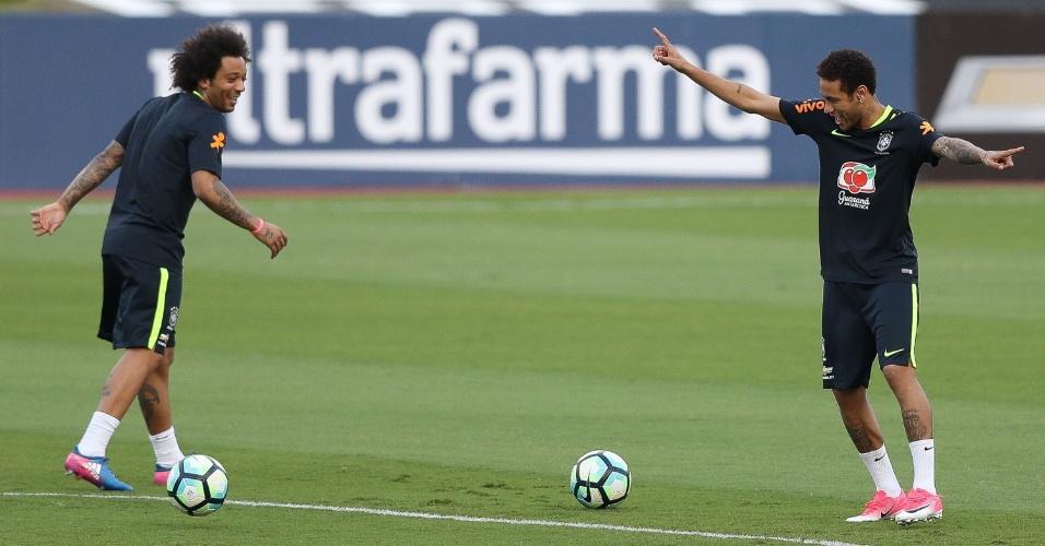 Neymar e Marcelo brincam durante treino da seleção