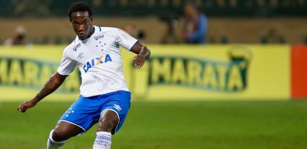 Kunty Caicedo, zagueiro do Cruzeiro, tem recebido críticas da torcida e acabou substituído por jovem