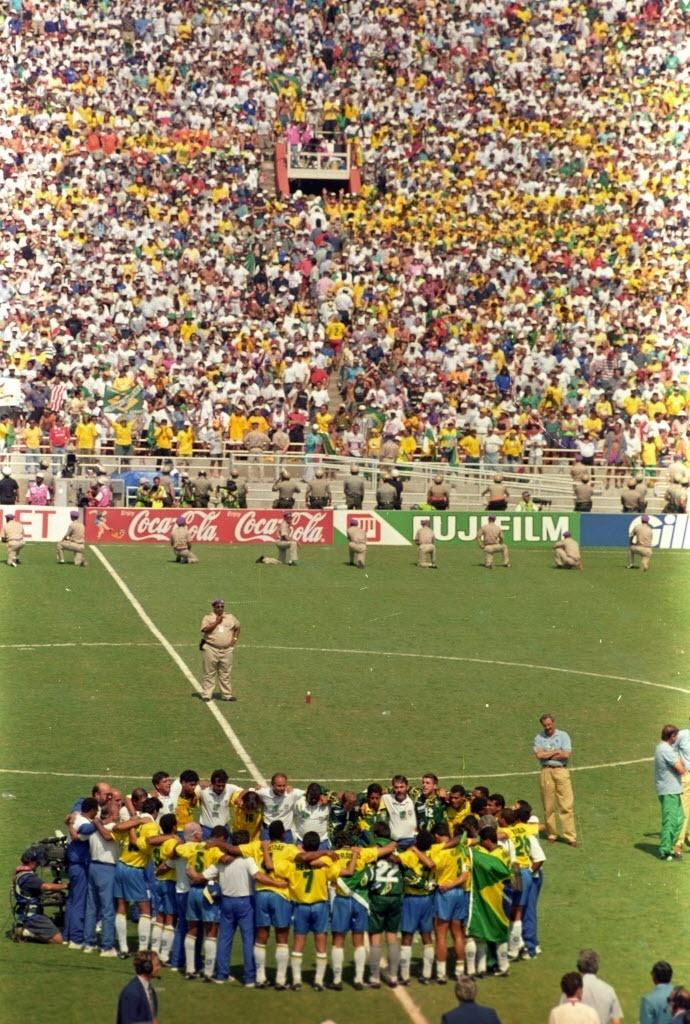 Seleção brasileira se reúne no centro do gramado do Rose Bowl durante a final da Copa do Mundo de 1994