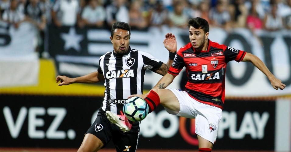 Andrigo e Dudu Cearense disputam bola em Atlético-GO x Botafogo em Goiânia