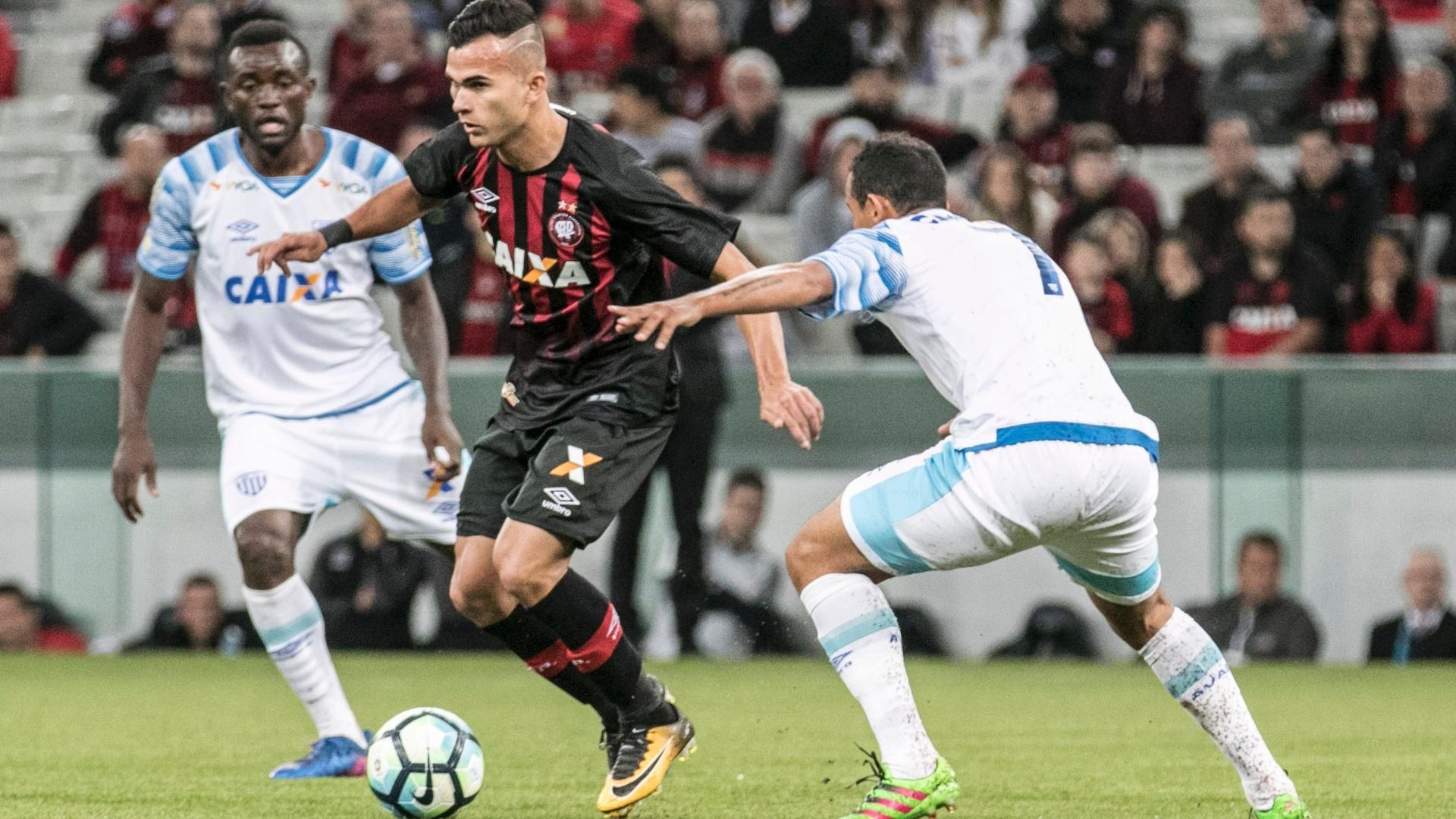 Lucas Fernandes, do Atlético-PR, tenta superar marcação do Avaí