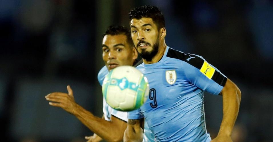 Luis Suárez foge da marcação argentina no Centenário