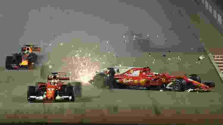 Verstappen, Vettel e Kimi Raikkonen batem logo na largada do GP de Cingapura  - AFP PHOTO / MANAN VATSYAYANA - AFP PHOTO / MANAN VATSYAYANA