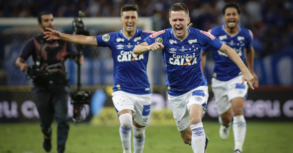 Jogadores do Cruzeiro correm para comemorar o título da Copa do Brasil