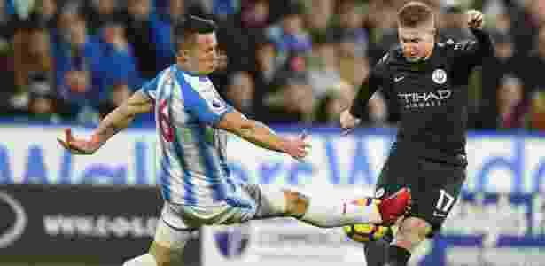 Kevin De Bruyne, do City, tenta passar por Hogg, do Huddersfield - Oli Scarff/AFP Photo - Oli Scarff/AFP Photo