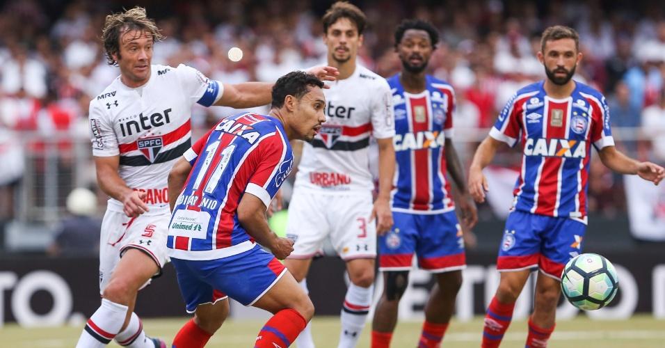 Diego Lugano e Edigar Junio observam a bola durante duelo entre São Paulo e Bahia
