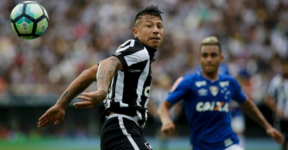 Leonardo Valencia, do Botafogo, em ação durante jogo contra o Cruzeiro
