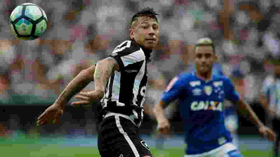 Leonardo Valencia, do Botafogo, em ação durante jogo contra o Cruzeiro - Luciano Belford/AGIF