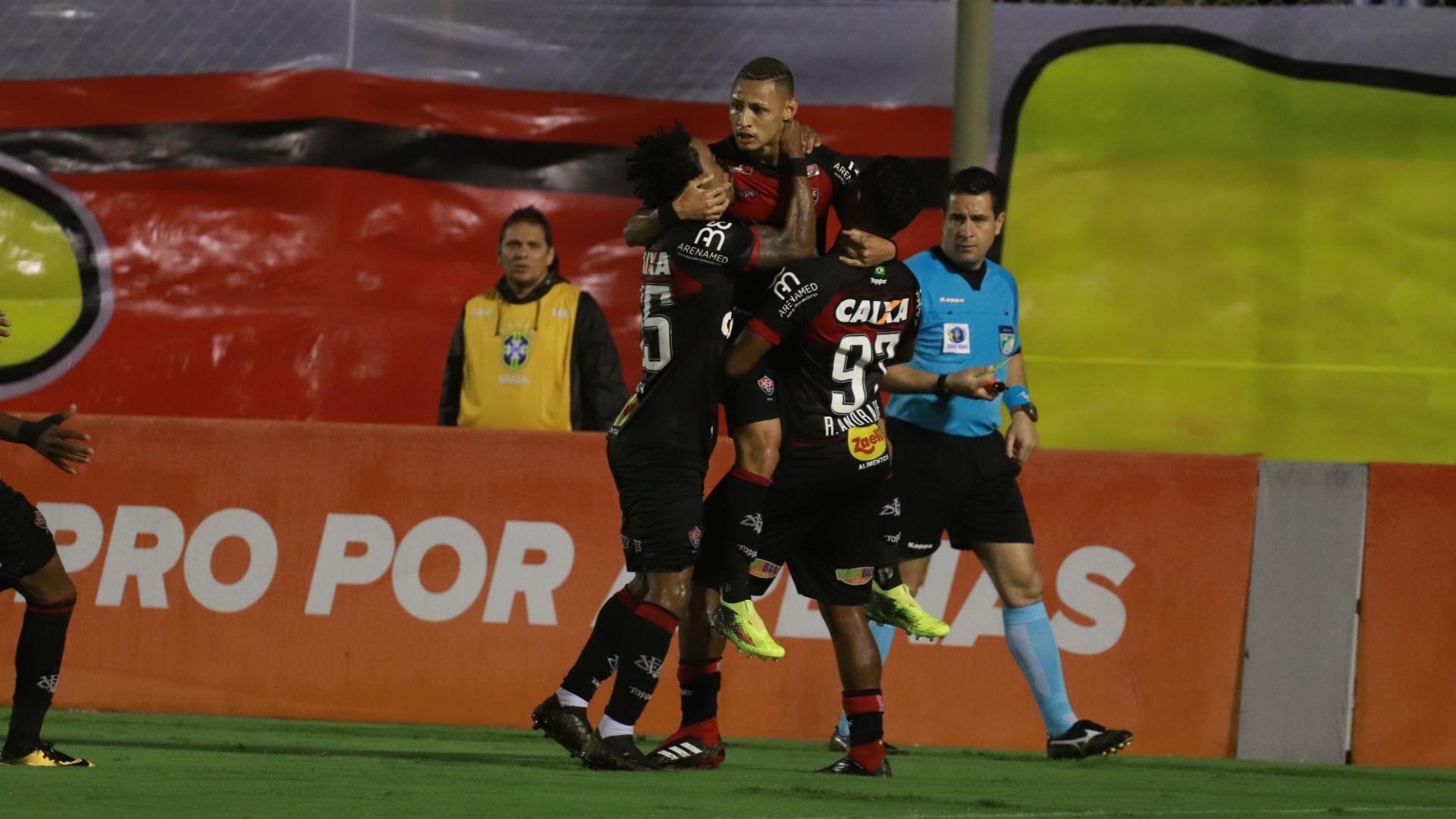 Jogadores do Vitória comemoram gol de Neilton contra o Corinthians
