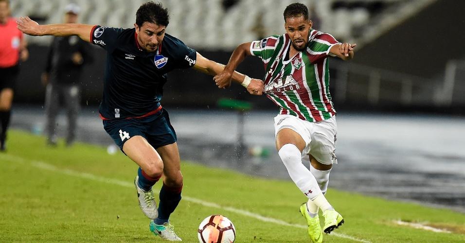 Everaldo e Jorge Fucile disputam a bola em jogo entre Fluminense e Nacional