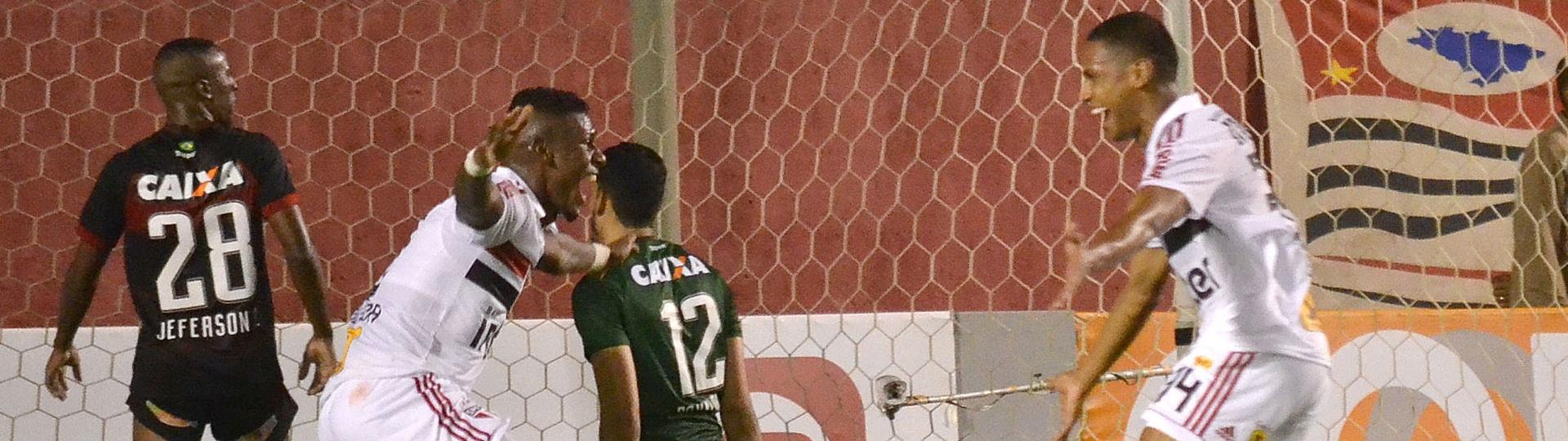 Bruno Alves comemora gol do São Paulo contra o Vitória