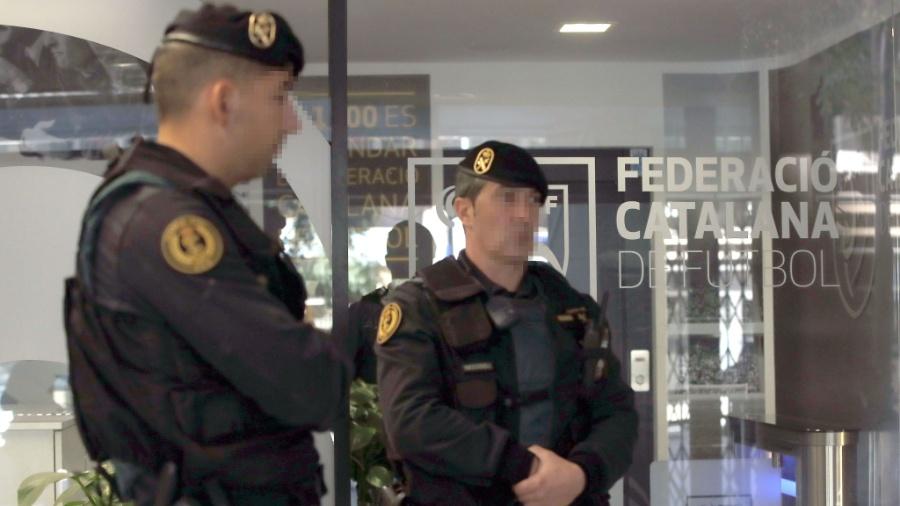 Guarda Civil da Espanha realiza operação policial na Federação Catalã de Futebol, em Barcelona - EFE/Alberto Estévez