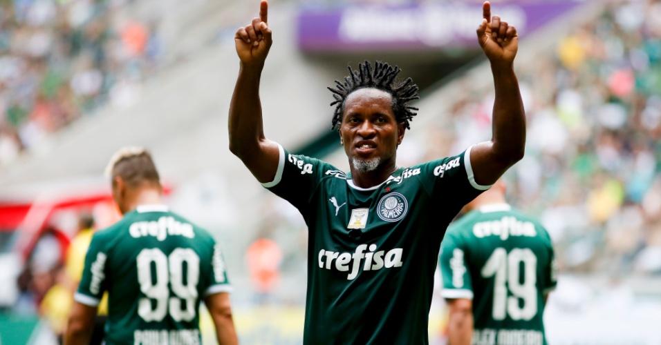 Zé Roberto comemora seu gol durante o jogo entre Amigos do Zé Roberto e  Palmeiras de a174a4eb7345a