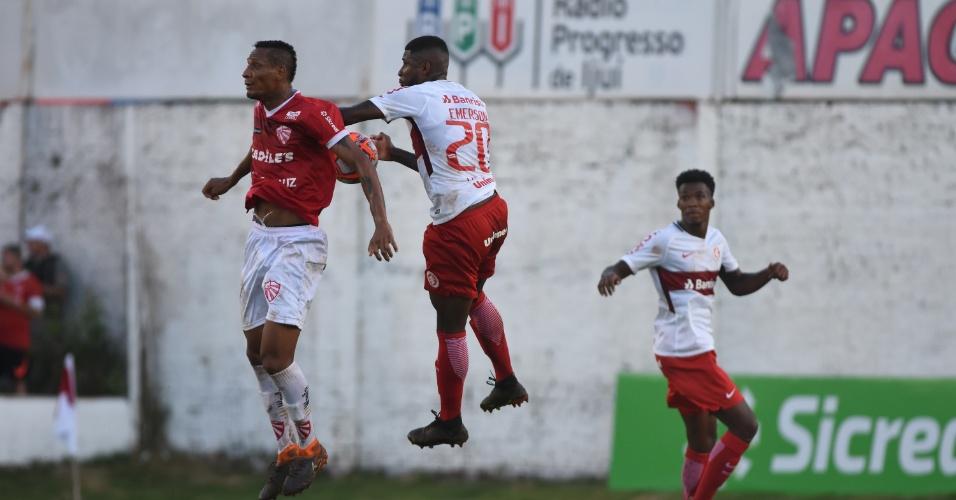 Emerson Santos disputa bola de cabeça durante jogo do Inter contra o São Luiz