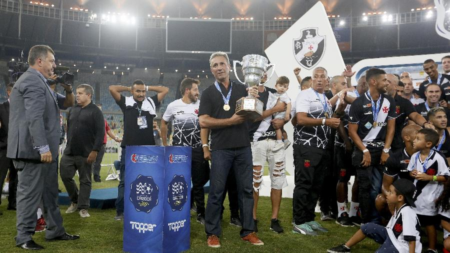 Presidente do Vasco, Alexandre Campello segura troféu de campeão da Taça Guanabara - Rafael Ribeiro / Vasco.com.br