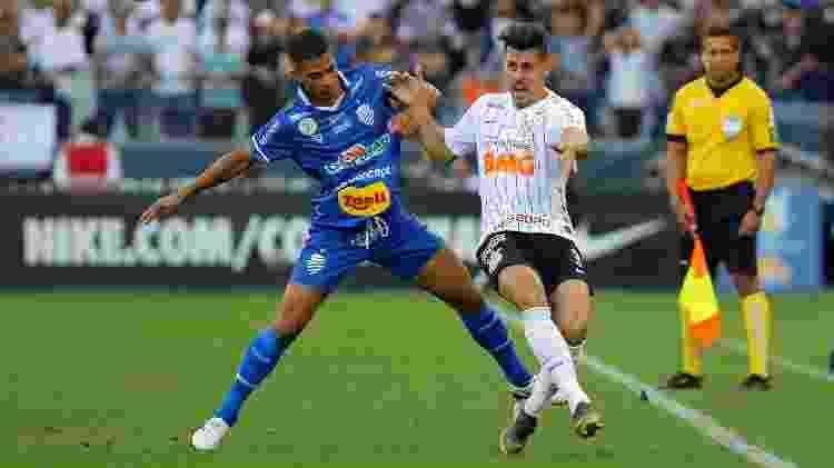 Danilo Avelar disputa bola com rival do CSA - Daniel Vorley/AGIF - Daniel Vorley/AGIF