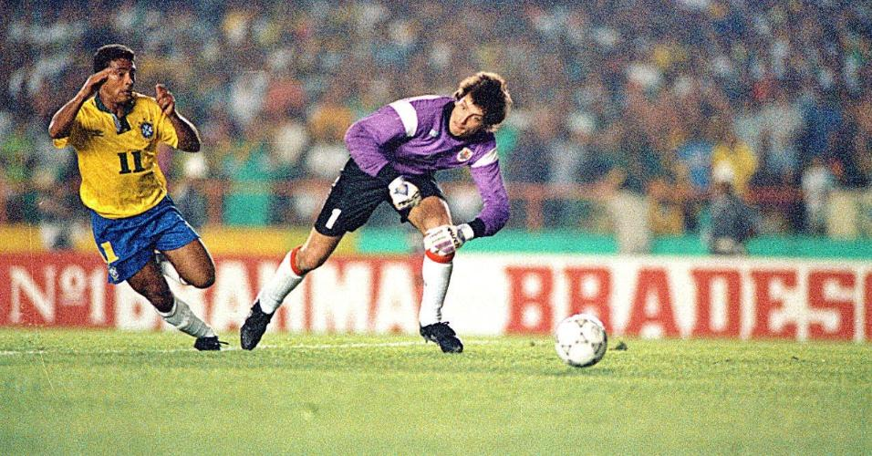 Romário dribla o goleiro uruguaio para marcar o segundo gol da seleção brasileira na vitória por 2 a 0 sobre o Uruguai
