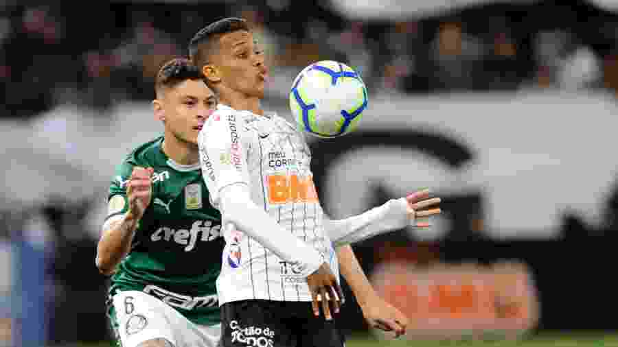 Pedrinho e Diogo Barbosa disputam bola no primeiro tempo de Corinthians x Palmeiras pelo Campeonato Brasileiro 2019 - Alan Morici/AGIF
