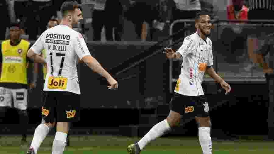 Everaldo (direita) e Boselli comemoram gol do Corinthians sobre o Botafogo, pelo Brasileirão  - Daniel Augusto Jr./Agência Corinthians