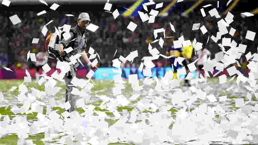 Funcionário tenta tirar pedaços de papel do gramado da Bombonera antes de Boca Juniors x River Plate - Marcelo Endelli/Getty Images