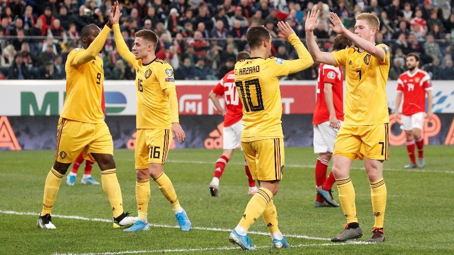 Jogadores da seleção da Bélgica comemoram gol nas Eliminatórias para a Eurocopa; equipe lidera ranking - Anton Vagarov/Reuters