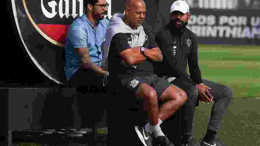 Técnico interino Dyego Coelho e o auxiliar técnico Mauro da Silva em treinamento do Corinthians no CT Joaquim Grava - Daniel Augusto Jr. / Ag. Corinthians
