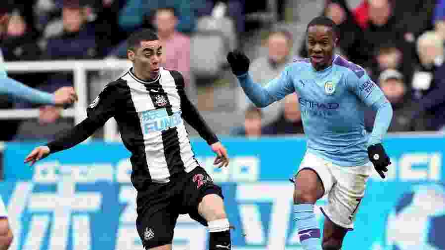 Raheem Sterling conduz a bola acompanhado de perto pela marcação de Miguel Almirón na partida entre Newcastle e Manchester City pelo Campeonato Inglês - Richard Sellers/Empics/Getty Images