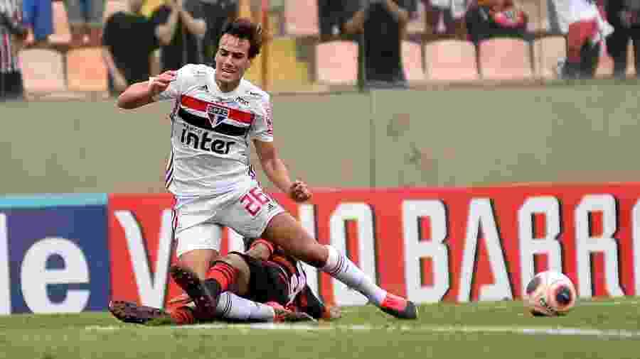 Igor Gomes sofre pênalti em jogo do São Paulo contra o Oeste - Bruno Ulivieri/AGIF
