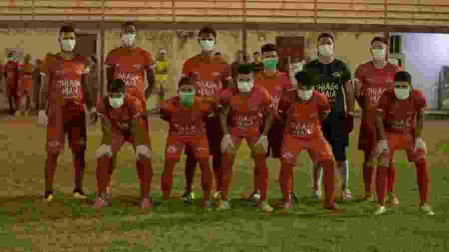 Jogadores do Baré usaram máscaras em protesto para a paralisação do Estadual - Luan Soares/Agência Índio Guerreiro
