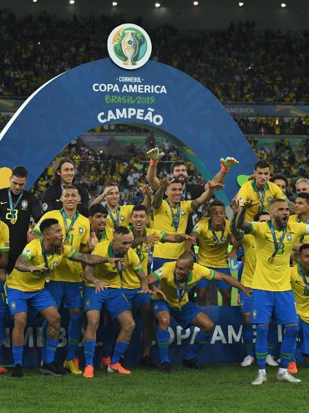 Jogadores da seleção brasileira pouco antes de receberem o troféu da Copa América 2019 - Kaz Photography/Getty Images