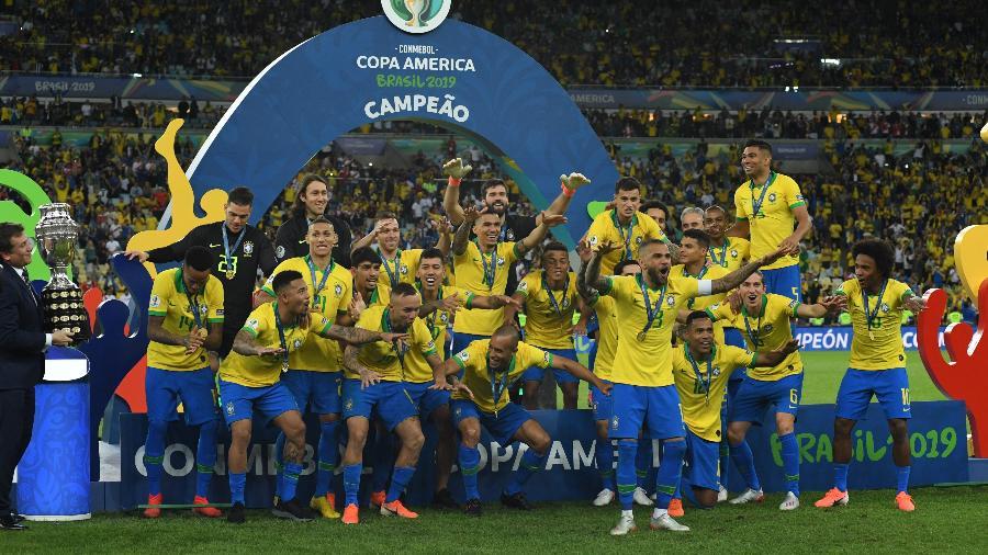 Jogadores da seleção brasileira pouco antes de receberem o troféu da Copa América 2019: SBT faz proposta para exibir competição em 2021 - Kaz Photography/Getty Images