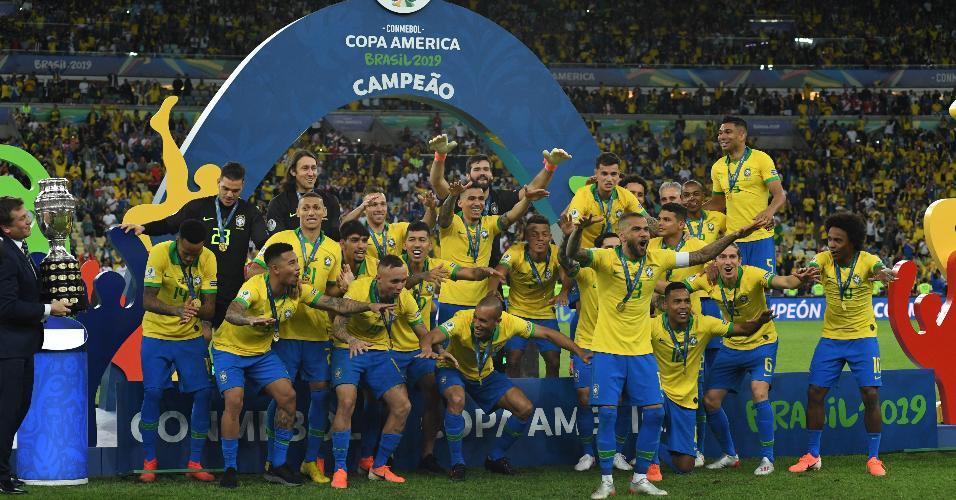 Jogadores da seleção brasileira pouco antes de receberem o troféu da Copa América 2019
