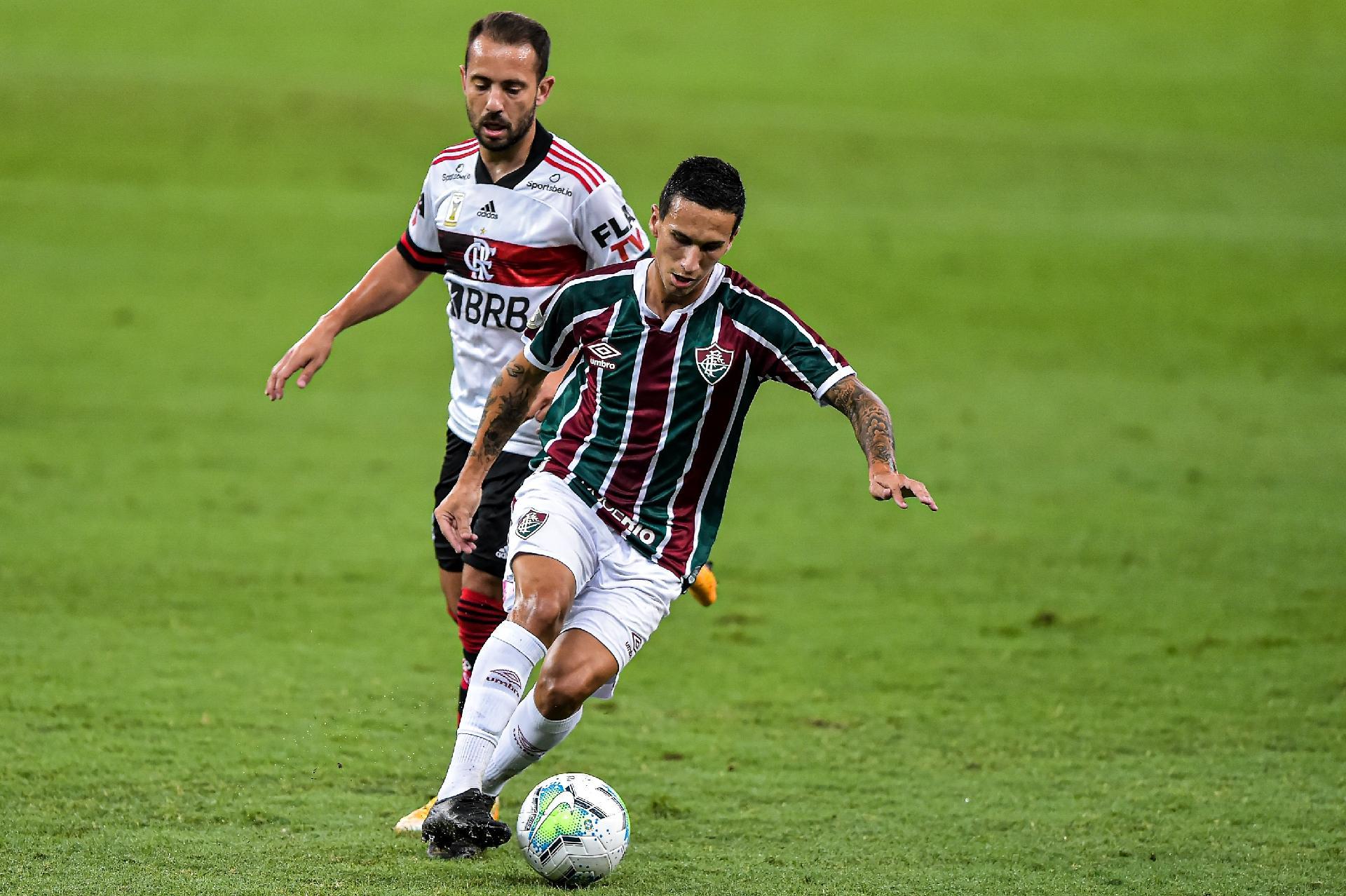 Éverton Ribeiro e Dodi disputam bola na partida entre Flamengo e Fluminense