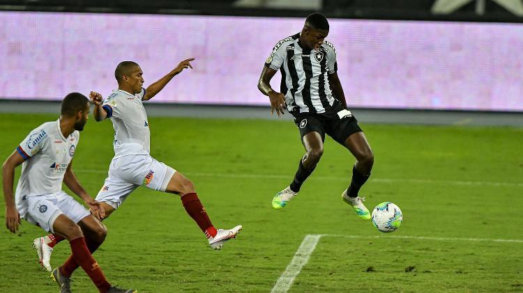 Matheus Babi domina a bola em lance do duelo entre Botafogo e Bahia - Thiago Ribeiro/AGIF - Thiago Ribeiro/AGIF