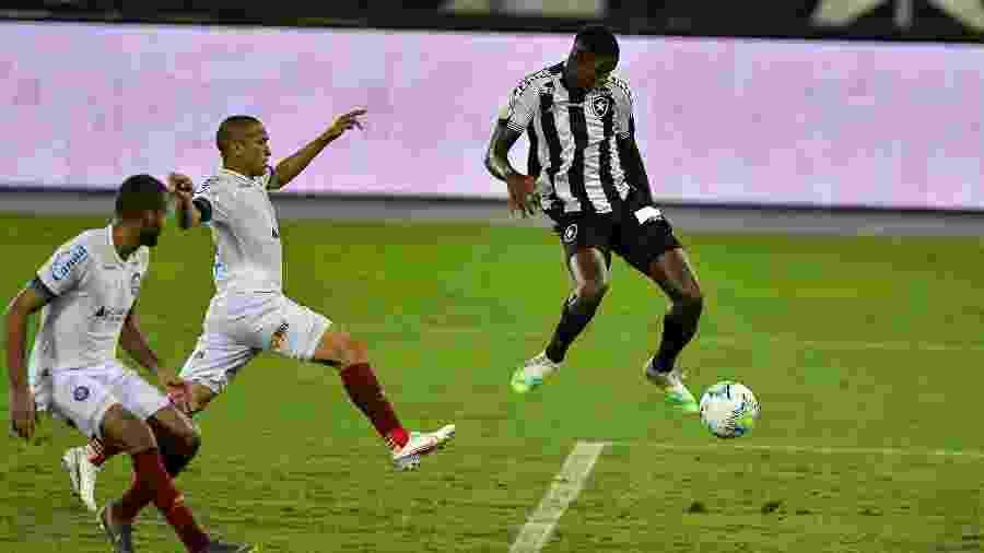 Matheus Babi domina a bola em lance do duelo entre Botafogo e Bahia - Thiago Ribeiro/AGIF