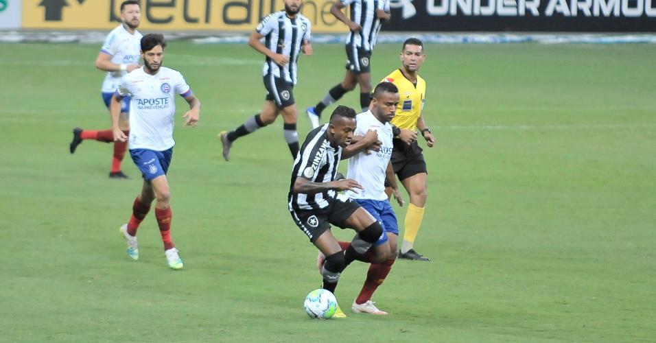 Élber e Marcelo Benevenuto disputam bola no jogo entre Bahia x Botafogo, pelo Brasileirão 2020