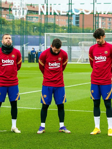 Lionel Messi e demais jogadores do Barça fazem minuto de silêncio para Maradona - Divulgação/Barcelona