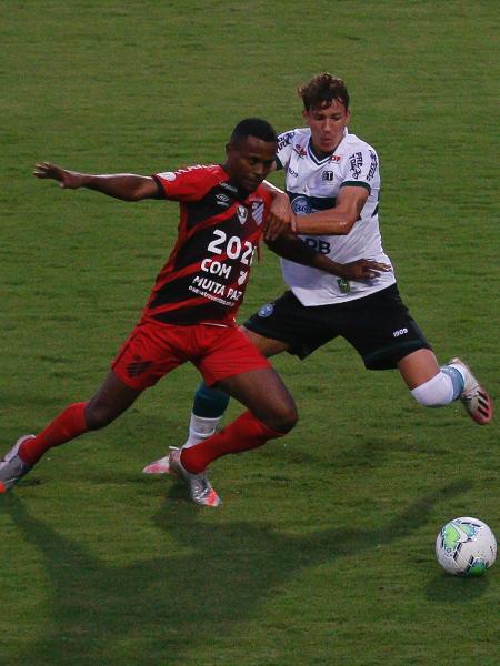 Guilherme Biro, do Coritiba, disputa bola com Carlos Eduardo, do Athletico - Gabriel Machado/AGIF