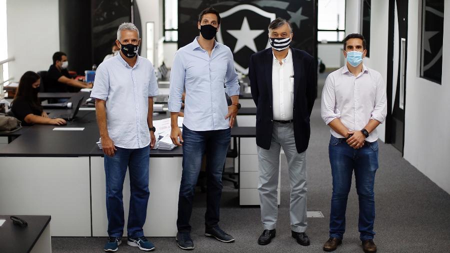Executivos da EXEC, Carlos Eduardo Altona (máscara preta) e Lúcio Daniel (máscara azul) se reúnem com diretoria do Botafogo - Vitor Silva/Botafogo
