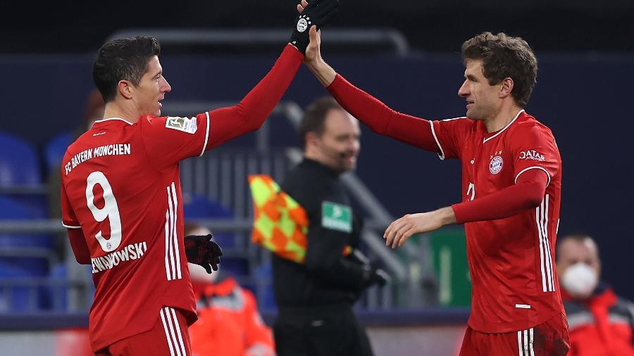 24.01.2021 - Lewandowski e Muller comemoram gol do Bayern contra o Schalke 04 - Lars Baron/Getty Images