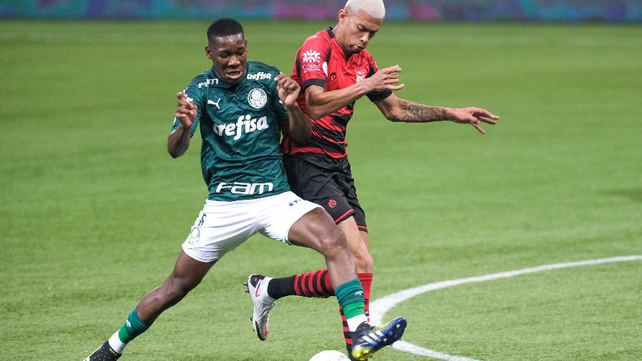 Patrick de Paula disputa a bola na partida entre Palmeiras e Atlético-GO - Marcello Zambrana/AGIF