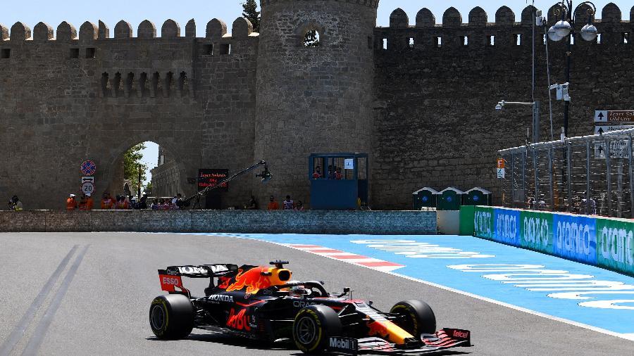 4.jun.2021 - O piloto holandês da Red Bull, Max Verstappen, pilota seu carro durante a primeira sessão de treinos antes do Grande Prêmio de Fórmula 1 do Azerbaijão no Circuito da Cidade de Baku - Ozan Kose/AFP