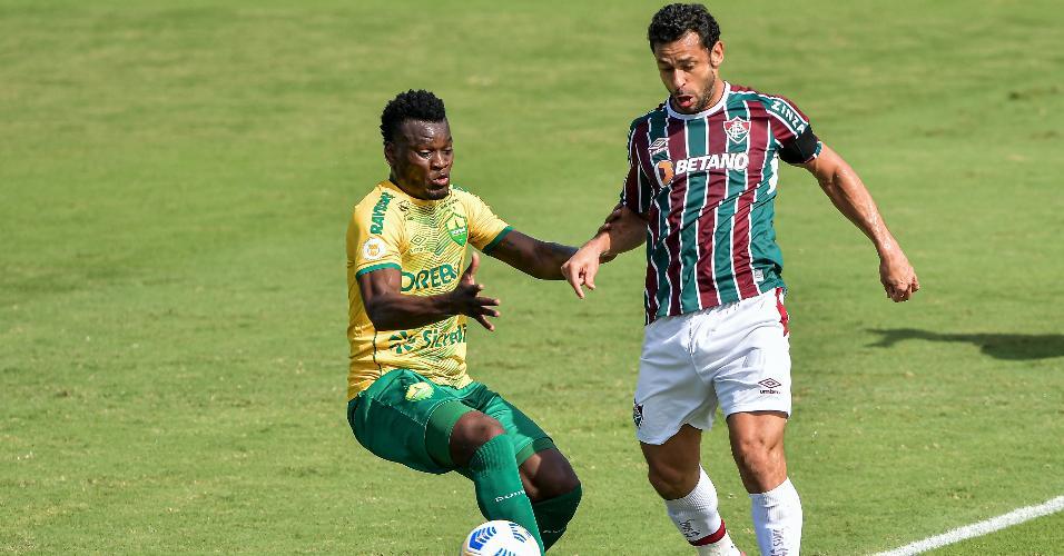 Fred é marcado por Paulão, durante a partida entre Fluminense e Cuiabá