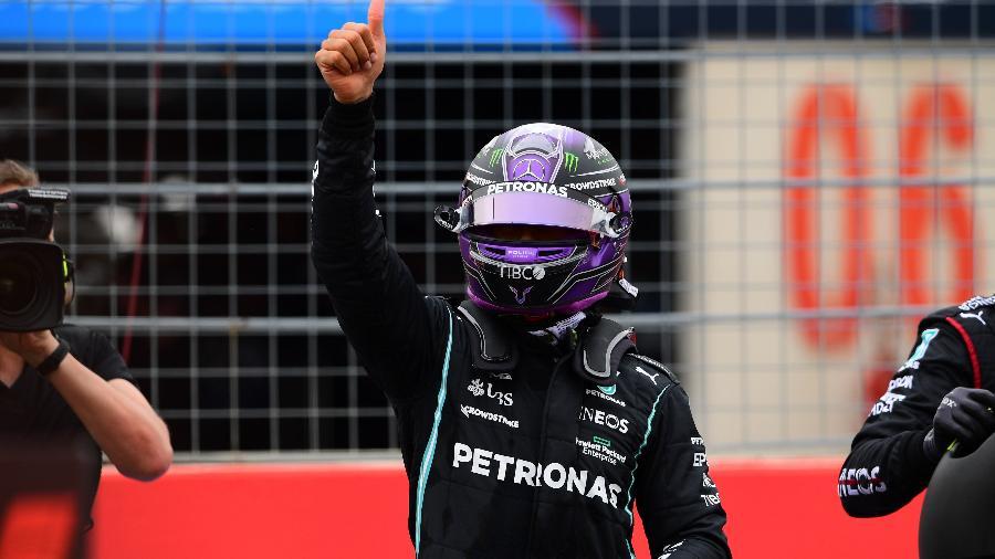 Lewis Hamilton, da Mercedes, acena para a torcida durante treino classificatório do GP da França - Andrea Diodato/Getty Images